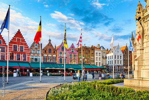 In de dag Brugge Bruges, Belgium. Central Market Square (Markt) in old town