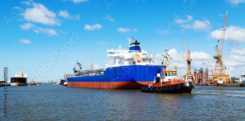 Foto op Plexiglas Poort Bremerhaven, Hafenpanorama mit Frachtschiff und Schlepper