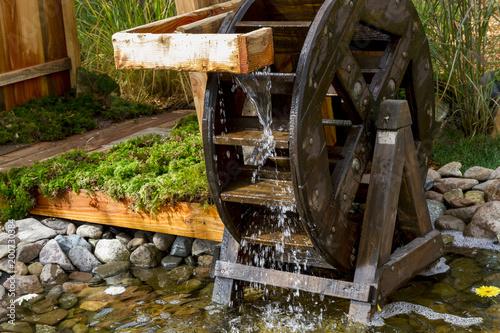 Moulin à aubes en rotation avec eau qui ruisselle