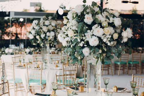 Obraz Wedding table decor in white green tones - fototapety do salonu