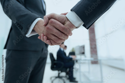 Poster Wintersporten closeup of handshake of business partners