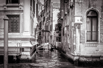 Panel Szklany Uliczki Narrow side street with boat at Grand Canal, Venice, Italy. BW photo.