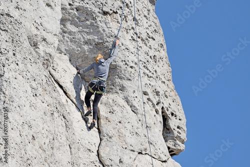 Foto op Plexiglas Alpinisme A woman climbing the rocks.