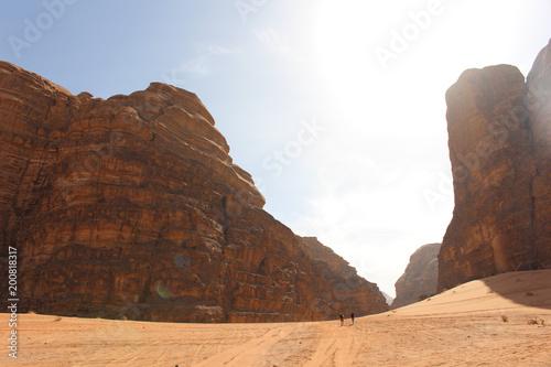 Photo  Turist in Wadi Rum desert in Jordan