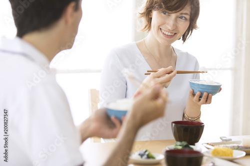 和食を食べる男女の外国人