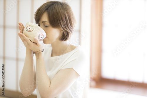抹茶を飲む外国人観光客