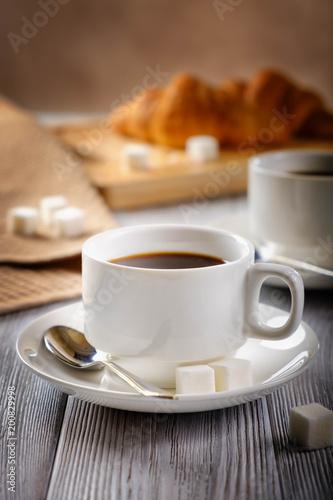 czarna-kawa-i-rogaliki