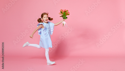 Papiers peints Akt funny child girl runs and jumps with bouquet of flowers on colored background
