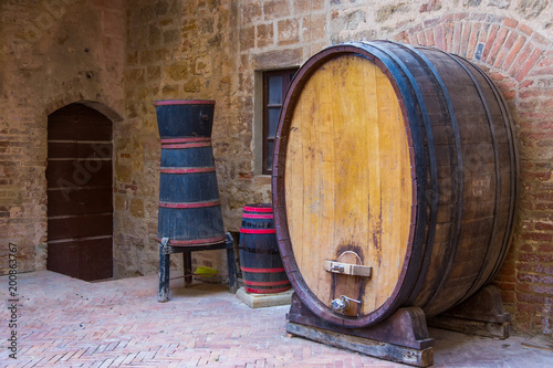 Fotografía Old wooden barrels with wine