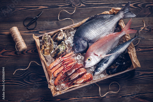 La pose en embrasure Poisson Fresh spanish fish and seafood in wooden box on wooden table