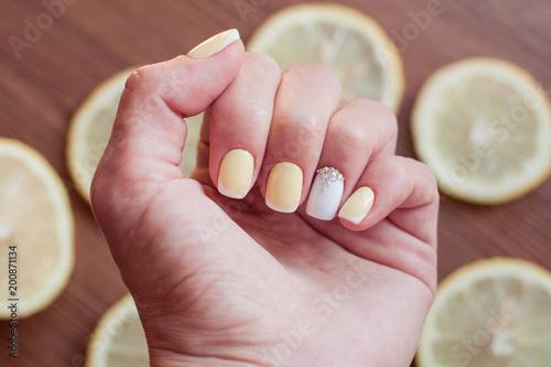 Staande foto Manicure Lemon manicure
