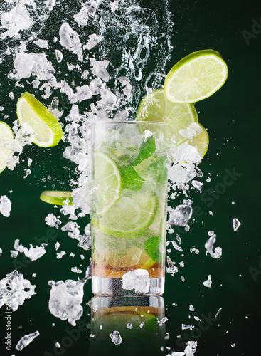 swiezy-napoj-mojito-z-plynnym-pluskiem-i-kruszonym-lodem