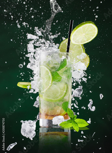 Obraz na plátně fresh mojito drink with liquid splash and crushed ice in freeze motion