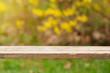 Drewniany stół i rozmyte tło - pusta powierzchnia