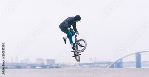 Canvastavla BMX rider makes a TAilwhip trick