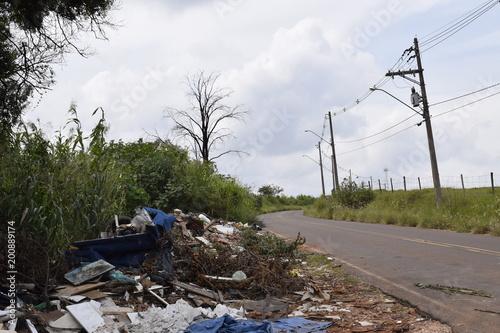 Fotografie, Obraz  Lixo e entulho nas margens da estrada
