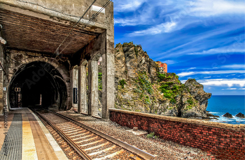 Fotomural  Mountain rock railroad tunnel entrance