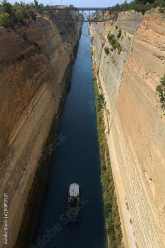 Obraz na plátne bateau traversant le canal de corinthe en grèce
