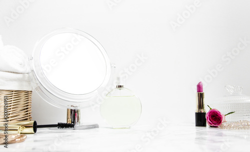 Photo women's accessories on table in the bathroom with a mirror and cosmetics