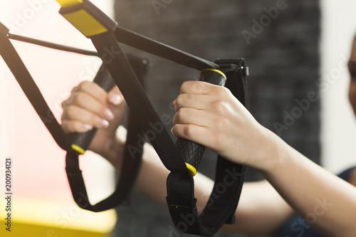 Fotografía  Woman performing TRX suspension training in gym