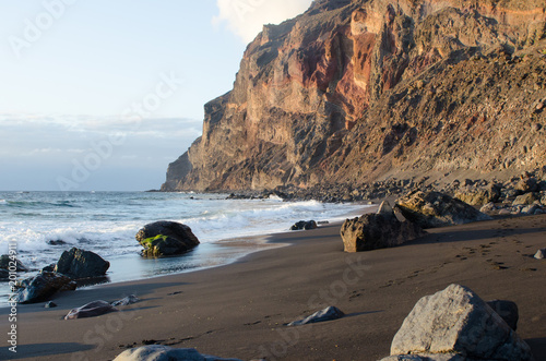 Foto op Plexiglas Canarische Eilanden Black sand beach at the atlantic ocean in La Gomera, one of the canary islands.