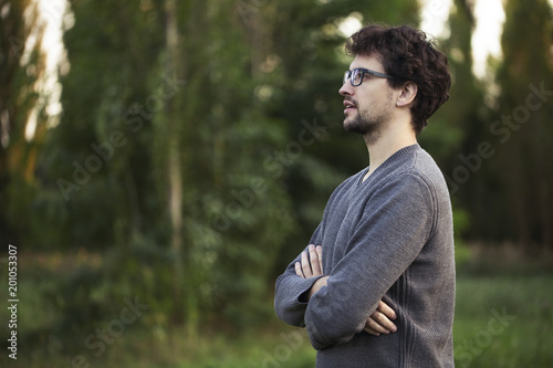 Fotografía  Side view of young man outside