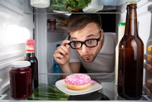 Mann Entdeckt Einen Donut Im K...