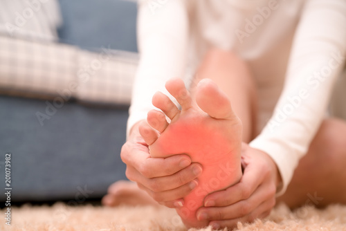 Fotografía foot ankle injury pain women touch her foot painful, healthcare and medicine con