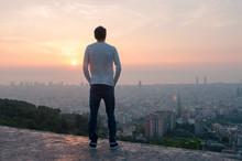 Chico Mirando El Skyline De La...
