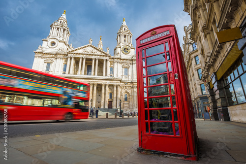 Türaufkleber London roten bus London, England - Traditional red telephone box with iconic red double-decker bus on the move at St.Paul's Cathedral on a sunny day