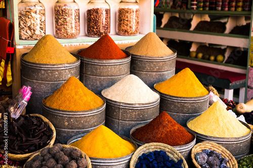 Canvas Prints Spices souk in marrakesh mit bunten gewürzen und farbtöpfen