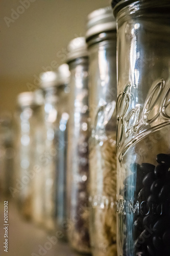 Photo sur Aluminium Pissenlits et eau Row of canning jars displaying beans and dry goods