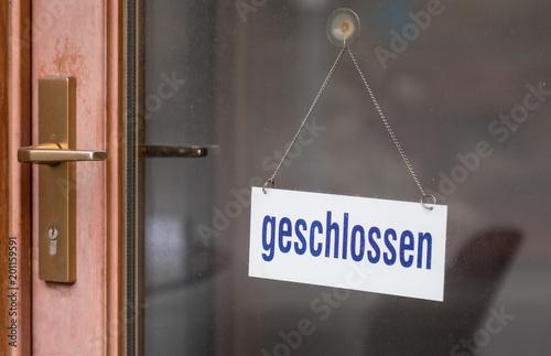 Fotomural geschlossen-Schild in einer Ladentür