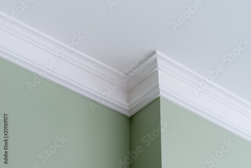 Fotografiet  Ceiling moldings in the interior, intricate corner