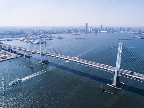 Poster Heuvel 大きな吊橋を渡る船。俯瞰。