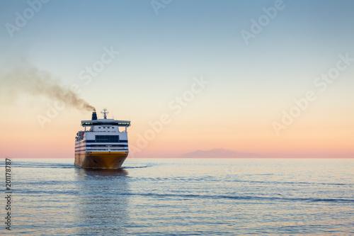 Valokuva Ferry en Méditerranée au petit matin