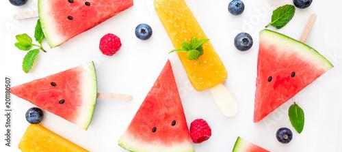 lato-patterm-arbuza-plasterka-popsicle-i-jagody-na-bialym-tle-plaski-lay-wi