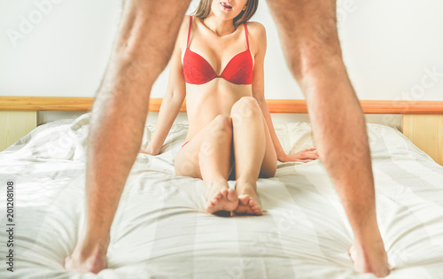 Fotografía Young woman looking man standing up on the bed - Sexual relationship, cheating,