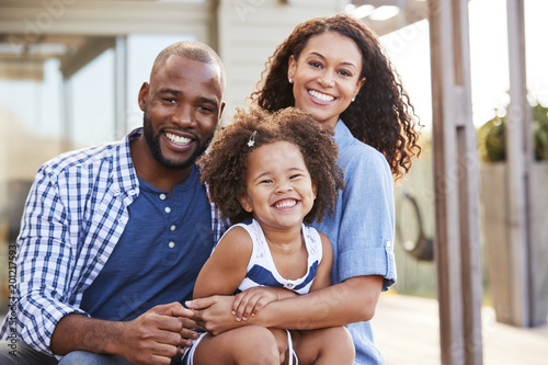 Photo Young black family embracing outdoors and smiling at camera