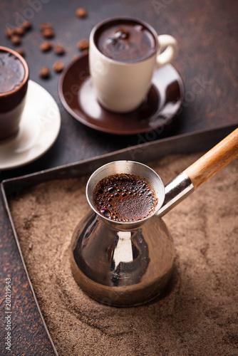 tradycyjna-turecka-kawa-przygotowywal-na-goracym-piasku