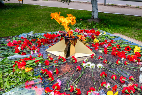 Fotografia  Eternal flame with flowers in memory of the victims of the Great Patriotic War 1