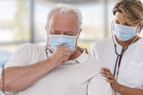 Fotografia doctor examining lung of patient wearing mask for protection flu virus