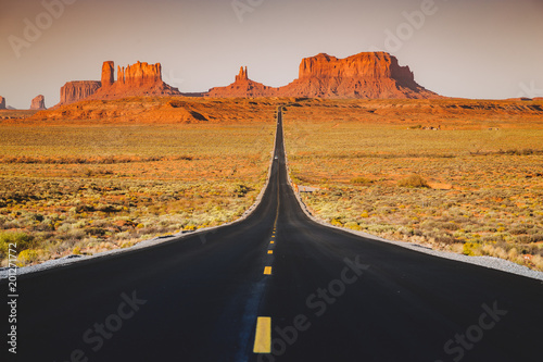 Papiers peints Jardin Classic highway view in Monument Valley at sunset, USA