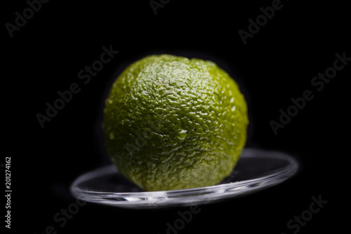 Krople wody na limonce