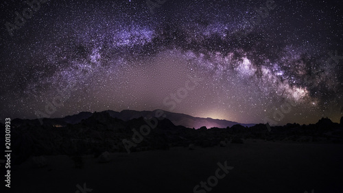 Foto op Plexiglas Nacht Lanscape view of the desert with stars and milky way galaxy over the night sky. The image depicts astrophotography and nature.