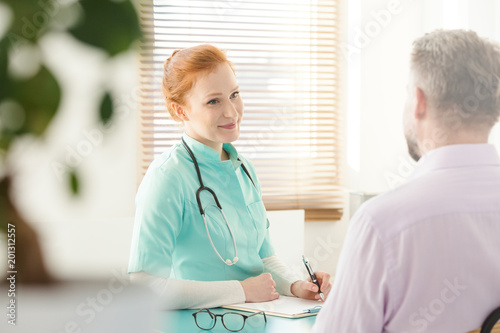 Poster Wintersporten Nurse talking to patient