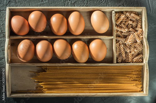 Fotografía  Bowl with healthy whole-grain carbohydrates and eggs, kamut, seeds, oats, brown