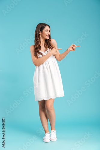 Poster Wintersporten Full length portrait of a young girl in summer dress