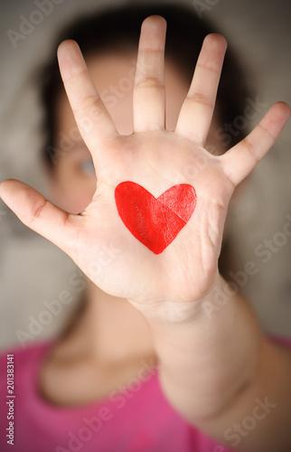 Fotografia  на ладони нарисовано сердце красного цвета