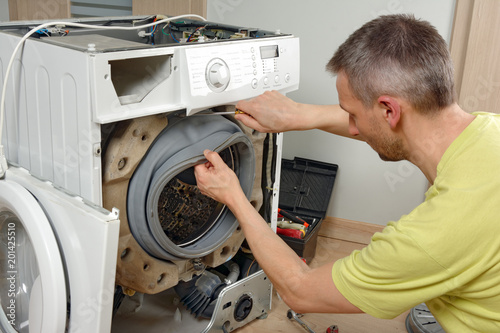 Obraz Naprawa, serwis uszkodzonej pralki - fototapety do salonu